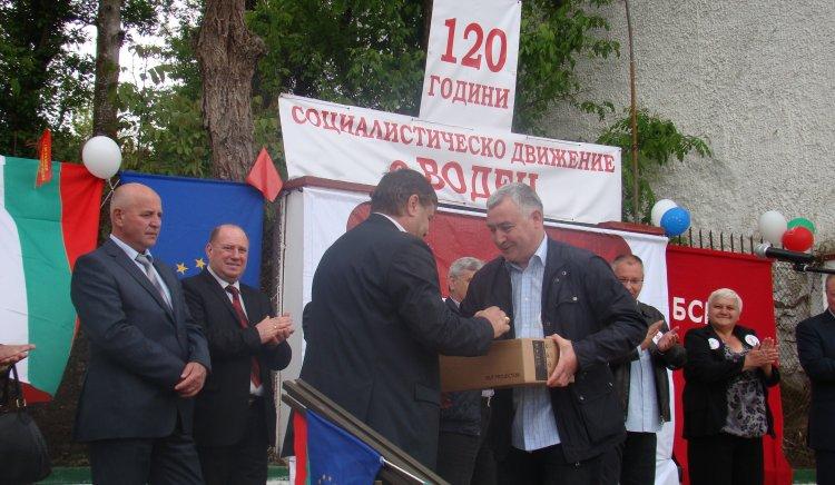 Сергей Станишев с  дар за 120-та годишнина на БСП - Воден