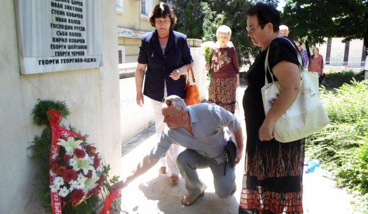 Социалистите в Ямбол сведоха глави пред Братската могила в града